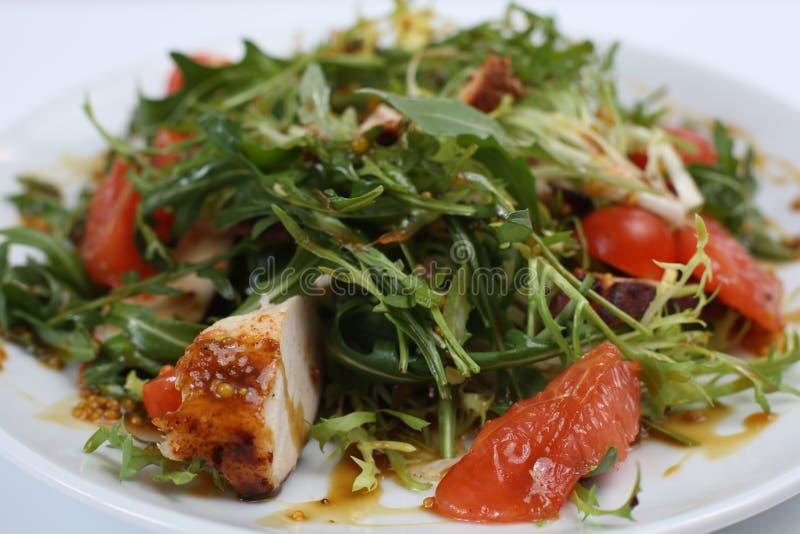 Plato del restaurante, ensalada verde, pepinos, pimienta roja, carne hervida, arugula, tomate y pomelo, comida sana, primer fotos de archivo libres de regalías