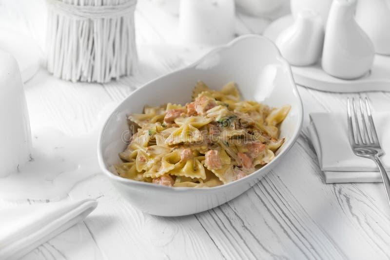 Plato delicioso de las pastas con la carne y el queso fotos de archivo libres de regalías