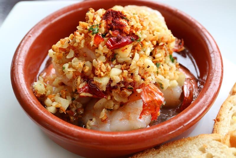Plato español tradicional del al Ajillo del camarón o de los espicanardos del ajo imagenes de archivo