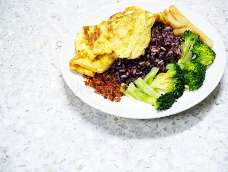 Plato fácil de la verdura del arroz del omlet de la comida de la comida hecha en casa mezclada imágenes de archivo libres de regalías