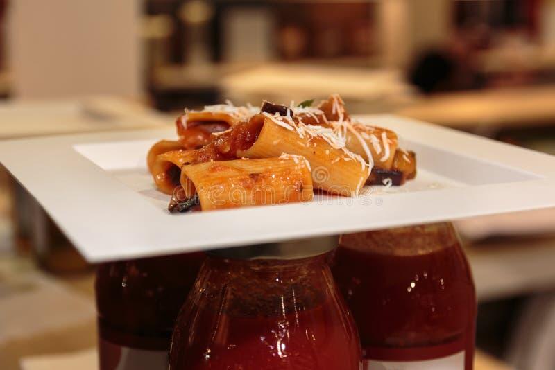Plato italiano de las pastas: Rigatoni con la salsa, el parmesano y el huevo de tomate fotos de archivo