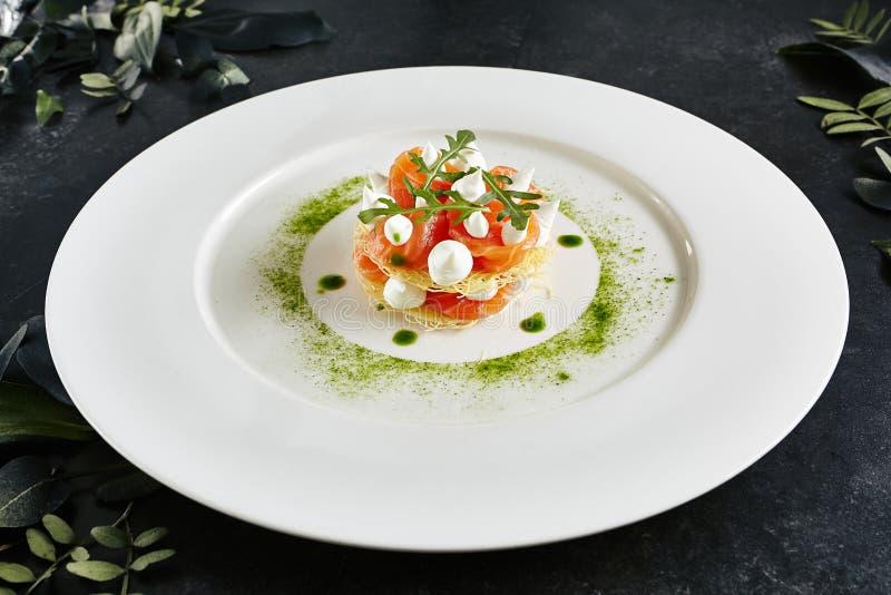 Plato italiano de servicio hermoso de la cocina de Salmon Millefeuille con crema batida del queso cremoso imagen de archivo