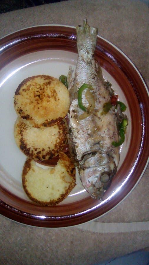 Plato jamaicano de la comida bammy de los pescados imagen de archivo libre de regalías