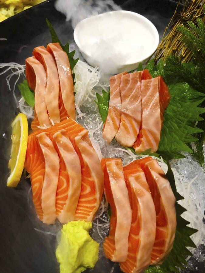 Plato japonés del Sashimi de los pedazos mordedura-clasificados de ingenio comido de los pescados crudos imagenes de archivo