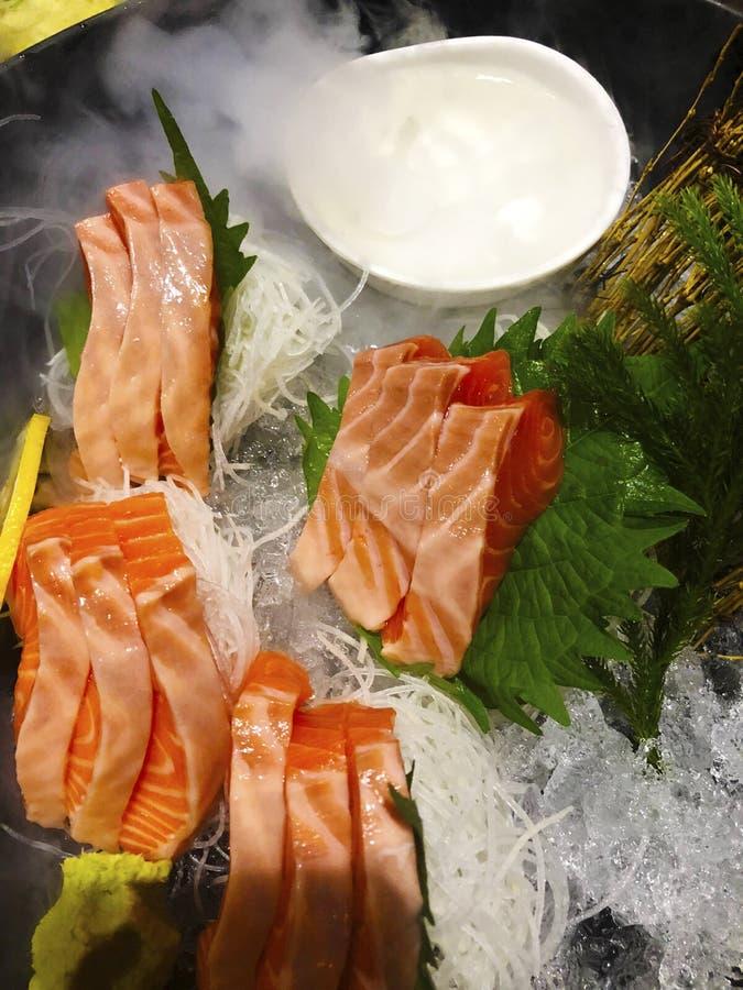 Plato japonés del Sashimi de los pedazos mordedura-clasificados de ingenio comido de los pescados crudos foto de archivo libre de regalías