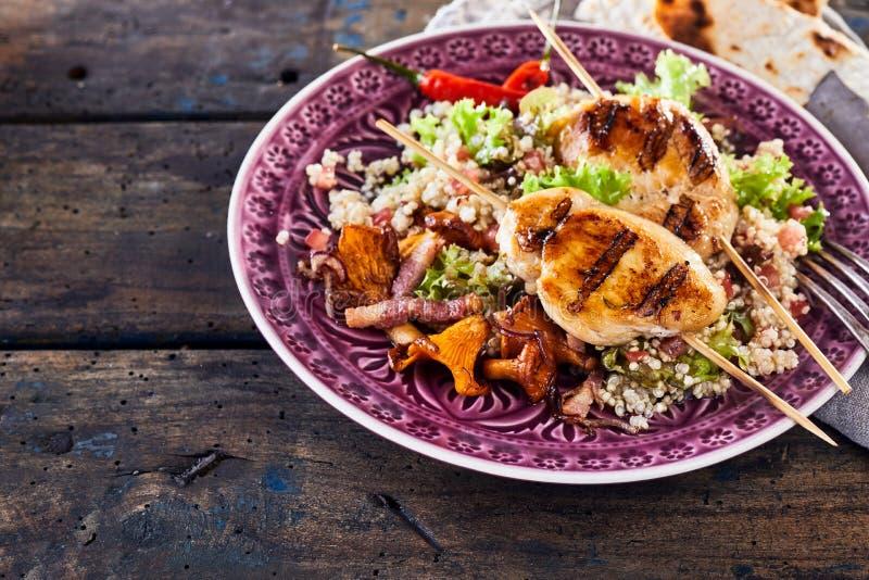 Plato marroquí del pincho del pollo de la barbacoa con la quinoa imagen de archivo libre de regalías