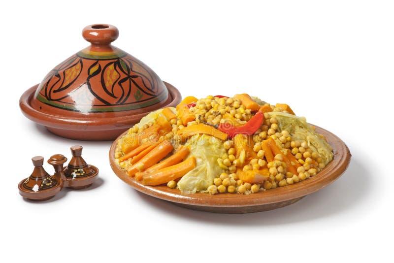 Plato marroquí tradicional con cuscús fotos de archivo libres de regalías