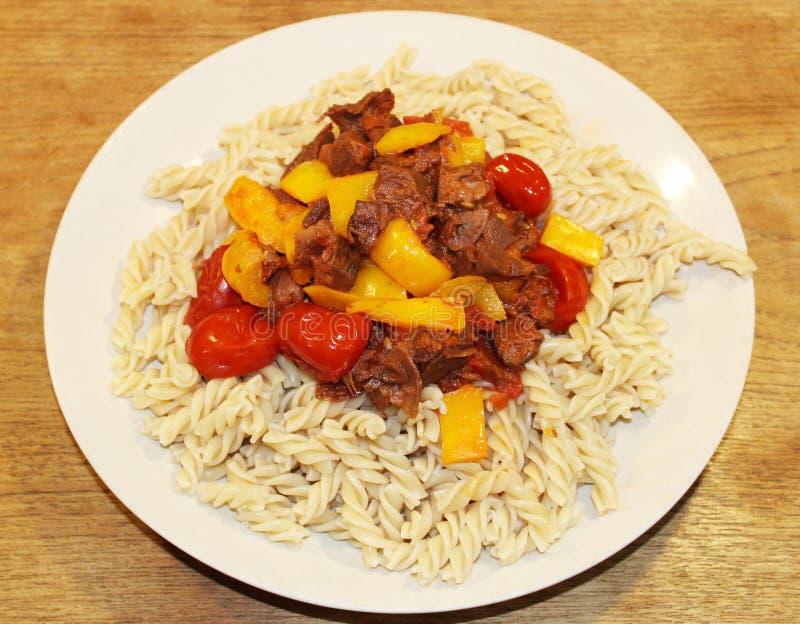 Plato Meatless del vegano con las verduras de las pastas y la salsa del jackfruit como substitución perfecta de la carne del vega fotografía de archivo libre de regalías