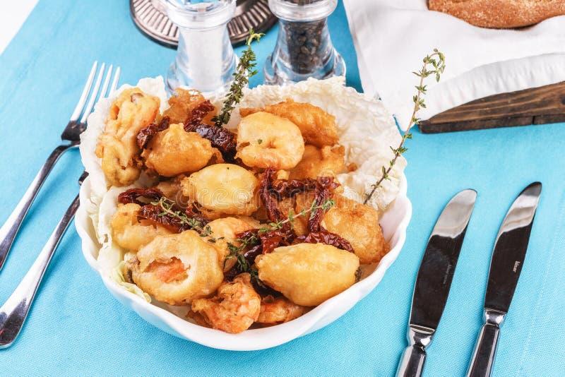 Plato mediterráneo, carne de color salmón frita en la mantequilla servida en pasta del romero fotos de archivo libres de regalías