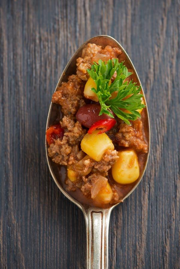 Plato mexicano picante chili con carne en una cuchara, foto conceptual fotos de archivo