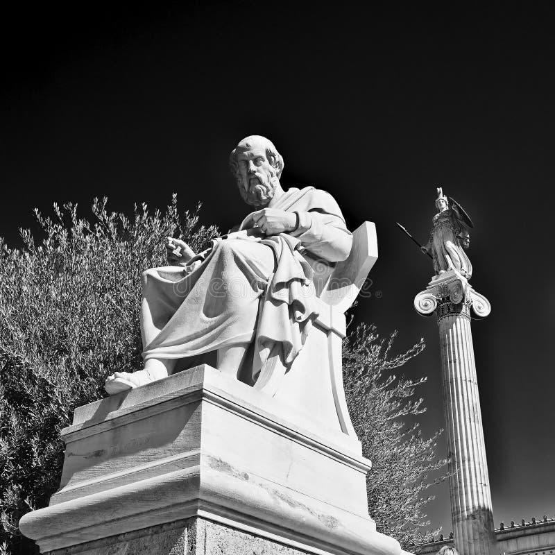 Plato o filósofo do grego clássico e as estátuas de Athena fotos de stock royalty free