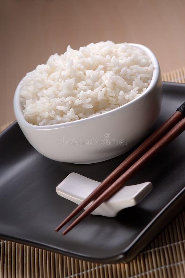 Plato por completo del arroz llano fotos de archivo