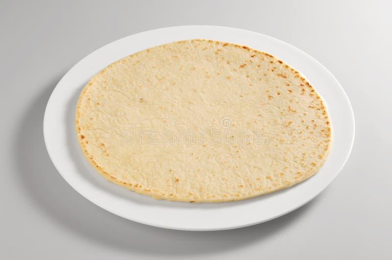 Plato redondo con pan del piadina fotos de archivo