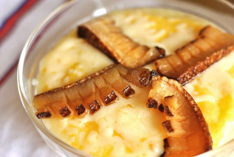 Plato rumano tradicional con el ruido de fondo y los chees del maíz fotos de archivo