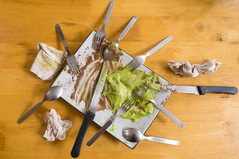Plato sucio con los pedazos de la comida despu?s de comer fotos de archivo libres de regalías
