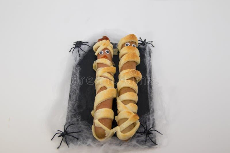 Plato típico de la momia de las salchichas de Halloween imágenes de archivo libres de regalías