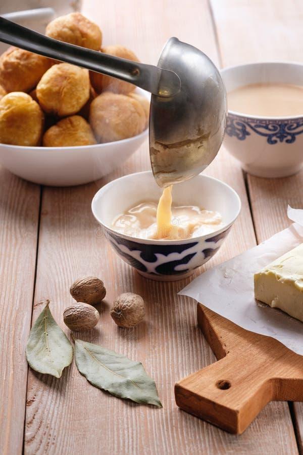 Plato tradicional asiático Mongolian, kalmuko, Buryat, tibetano, té tuva Té con la leche, sal, mantequilla, nuez moscada moscada fotos de archivo