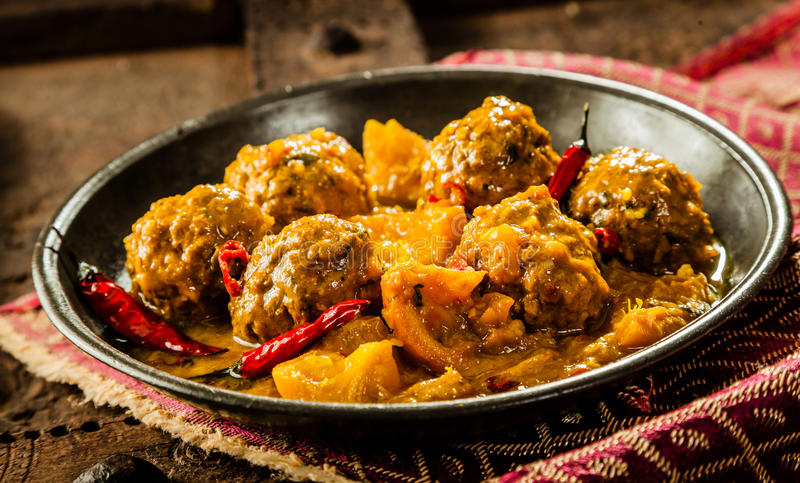 Plato tradicional de Tajine de las albóndigas amarillas del curry imagen de archivo