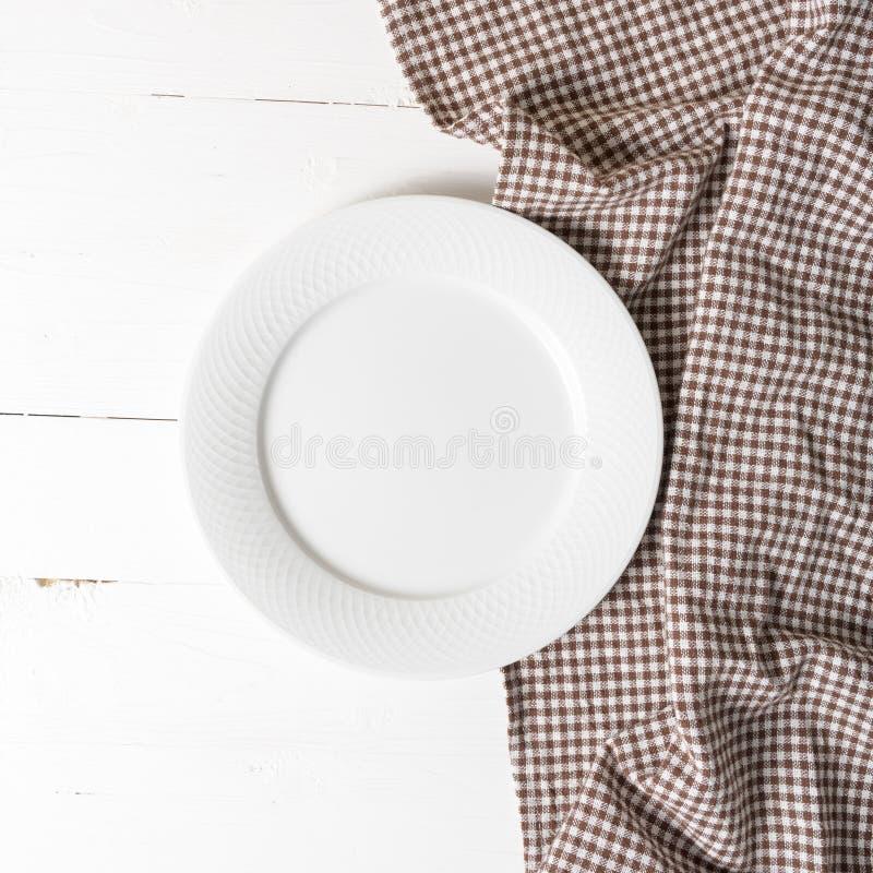 Plato vacío con la toalla de cocina imagen de archivo libre de regalías