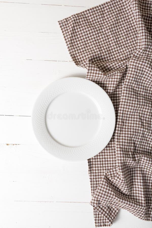 Plato vacío con la toalla de cocina foto de archivo libre de regalías