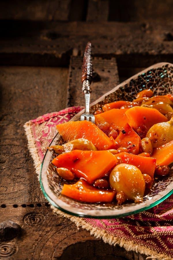 Plato vegetal tradicional de Tajine con la bifurcación fotos de archivo