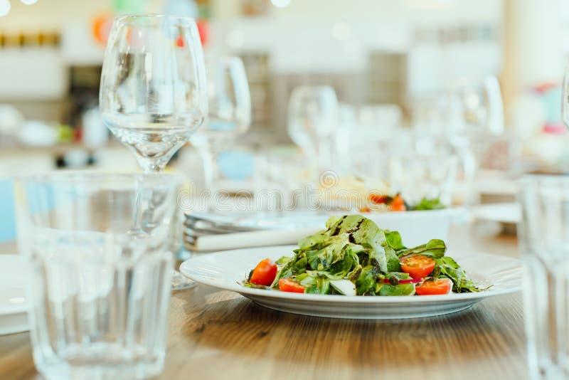 Plato vegetariano - ensalada de verduras frescas imágenes de archivo libres de regalías