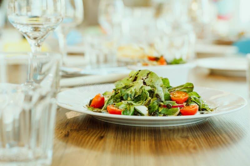 Plato vegetariano - ensalada de verduras frescas imagen de archivo libre de regalías