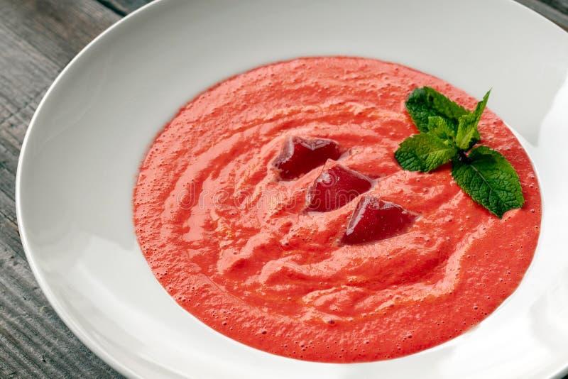Plato vegetariano La sopa de Gazpacho hizo de los tomates, pepinos, el PE imagenes de archivo