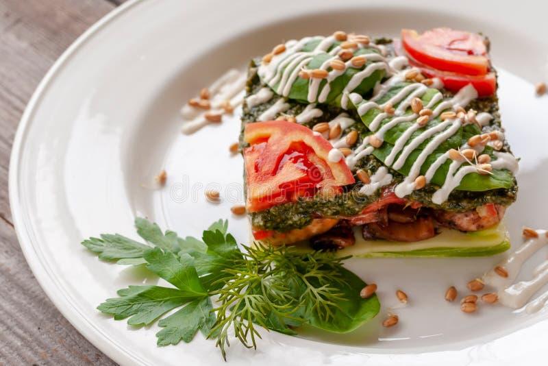 Plato vegetariano: lasañas con el calabacín, setas, tomates, bas fotografía de archivo libre de regalías