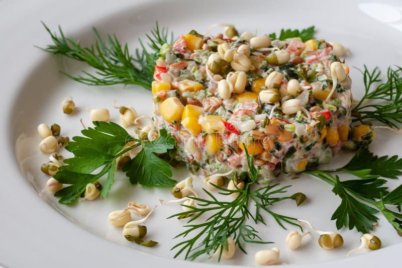 Plato vegetariano: una ensalada del bróculi, maíz, alga marina, peppe dulce fotografía de archivo libre de regalías