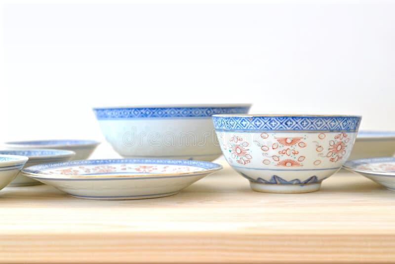 Platos azules y blancos del estilo chino del vintage fotografía de archivo