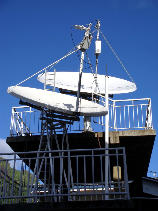 Platos basados en los satélites, antenas foto de archivo