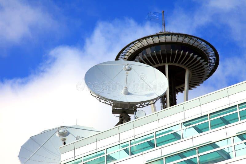 Platos basados en los satélites, centro de los media de la telecomunicación. fotografía de archivo libre de regalías