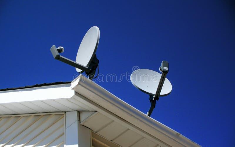 Platos basados en los satélites encima de un hogar foto de archivo libre de regalías