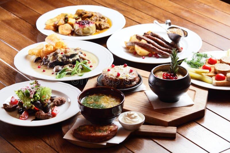 Platos con diversa comida fotos de archivo