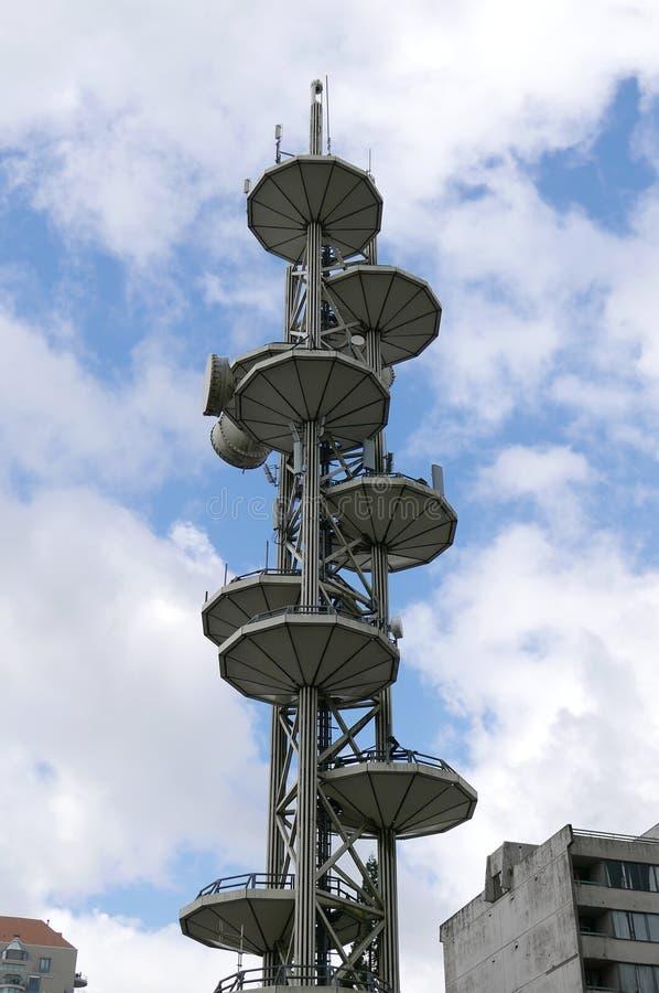 Platos de la antena del equipo y del repetidor de la torre de las telecomunicaciones de Telus contra el cielo azul imagen de archivo
