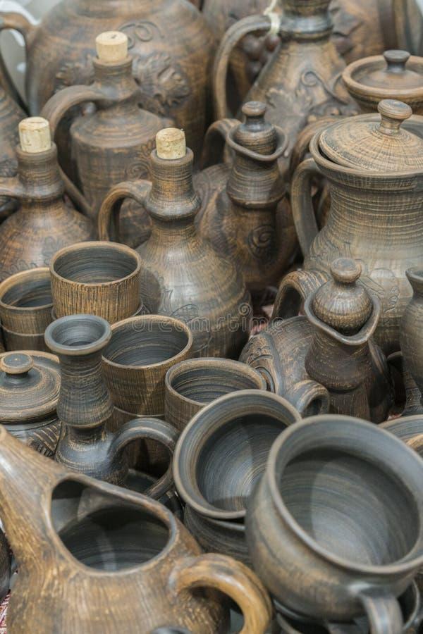 Platos de la arcilla Los platos ucranianos nacionales de cerámica hicieron en la región de Poltava en el pueblo de Opishnya y dem imagen de archivo libre de regalías
