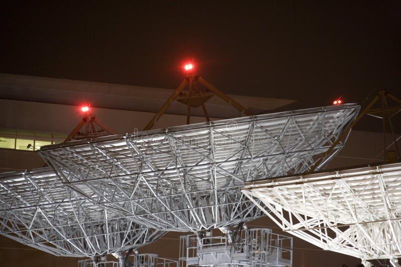 Platos de la comunicación basada en los satélites en la noche imagen de archivo libre de regalías