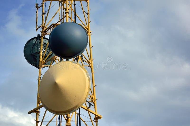 Platos de la torre de radio de microonda en Sunny Clear Day fotografía de archivo