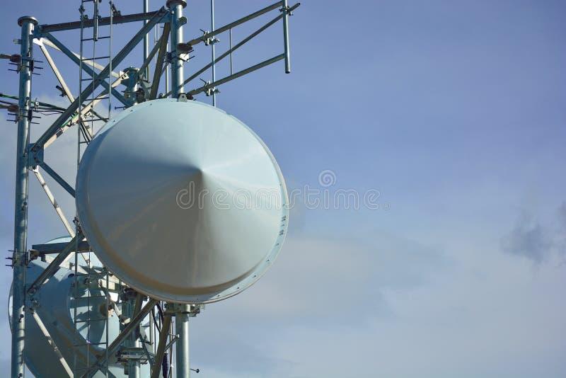 Platos de la torre de radio de microonda en Sunny Clear Day imágenes de archivo libres de regalías