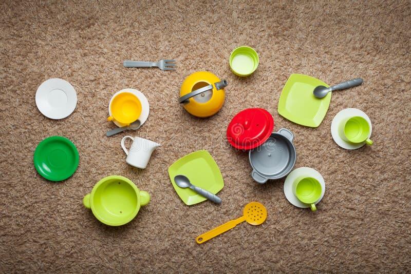 Platos del juguete de los niños de diversos colores, juego de cocineros Visi?n desde arriba foto de archivo
