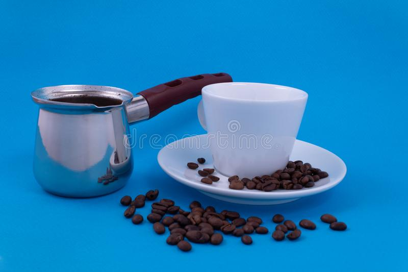 Platos del metal con café preparado al lado de una situación blanca de la taza de la porcelana en un platillo fotografía de archivo libre de regalías