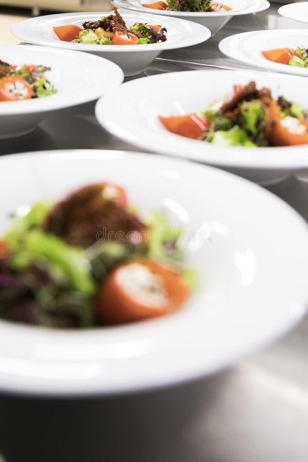 Platos del restaurante Comida hermosa y sabrosa en una placa foto de archivo