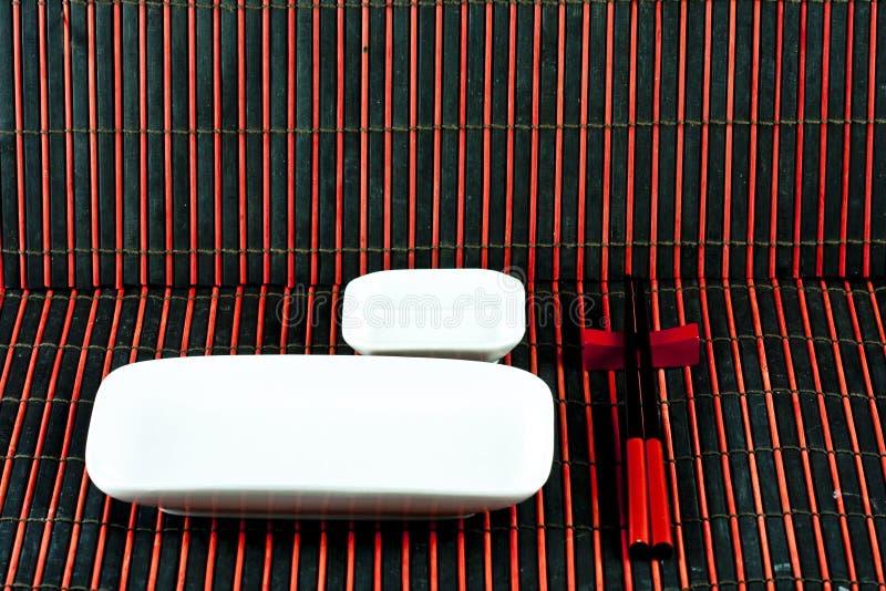 Platos del sushi en las esteras de bambú fotos de archivo