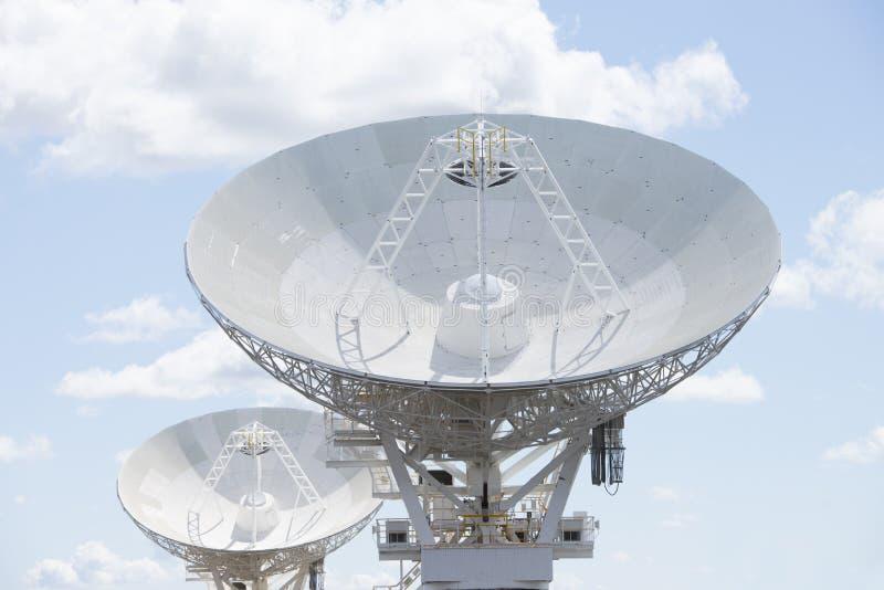 Platos del telescopio astronómico en el cielo azul fotos de archivo