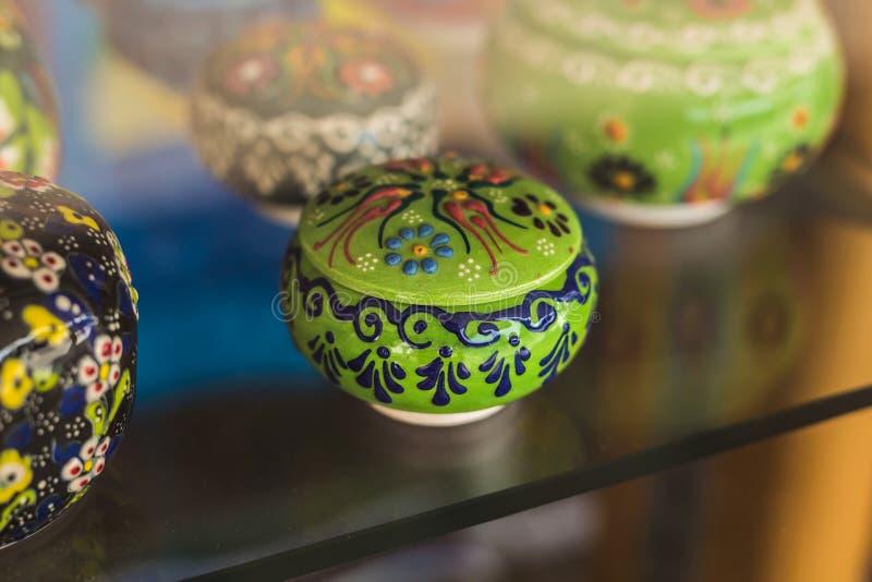 Platos marroquíes coloridos de la cerámica de la fayenza imagenes de archivo