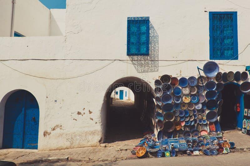 Platos marroquíes coloridos de la cerámica de la fayenza en la exhibición en la calle imágenes de archivo libres de regalías