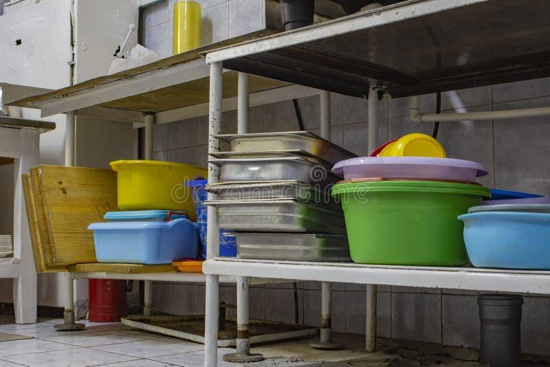 Platos para uso general lavados en el área del lavaplatos, en la cocina del restaurante imagen de archivo
