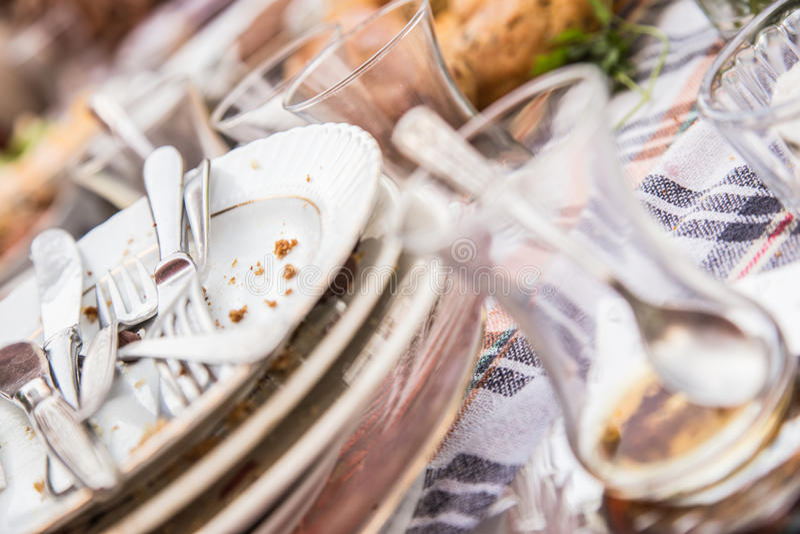 Platos sucios y vacíos (del desayuno) foto de archivo