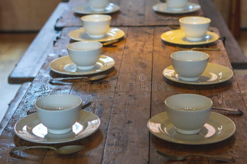 Platos y cubiertos sobre una mesa de madera para comer imagen de archivo libre de regalías